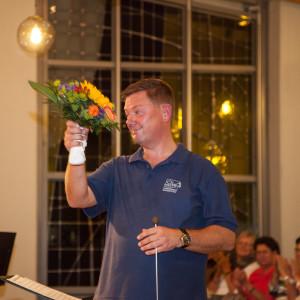 Ein Blumenstrauß als Dank an Chordirektor Horst Hinze