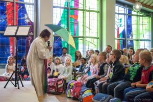 Die Schulanfänger verfolgen gebannt den Gottesdienst
